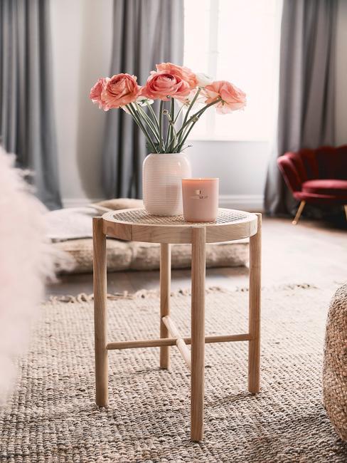 Drewniany stolik do kawy z kwiatami na placionym dywanie