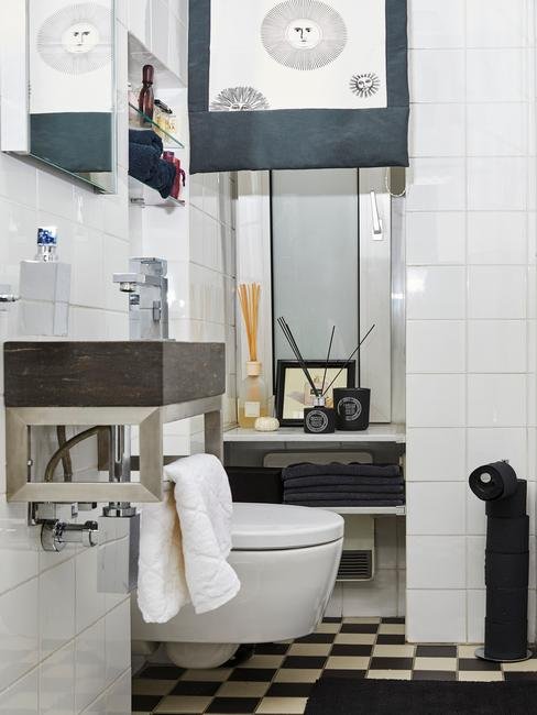Mała łazienka w czarno-białym dekorze z elementami dekoracyjnymi