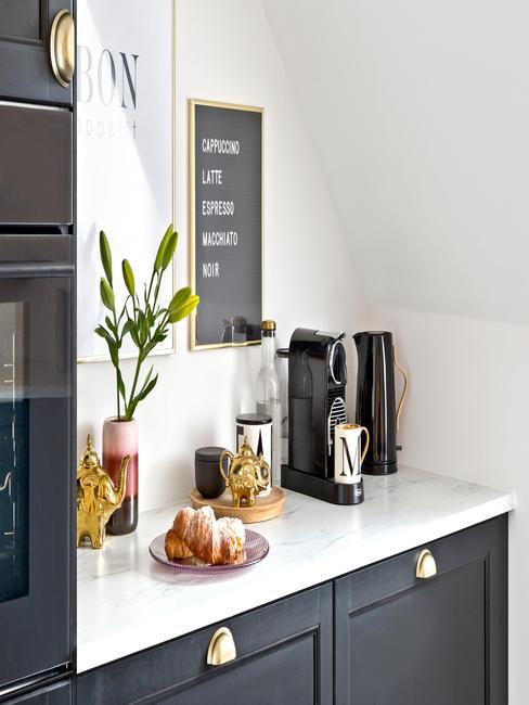 Biała kuchnia w stylu skandynawski w frontami szafek w czarnym kolorze