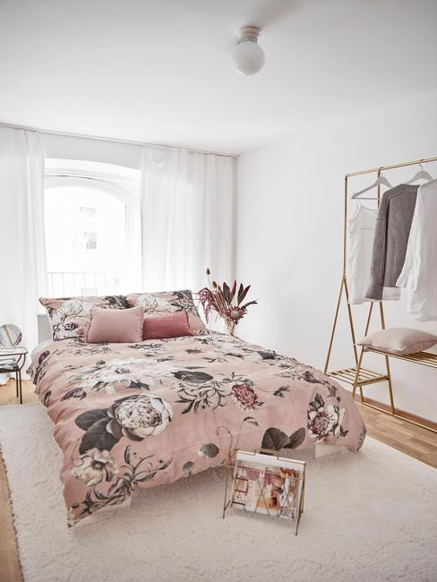 Salon z odcieniu pudrowego różu z dekoracjami