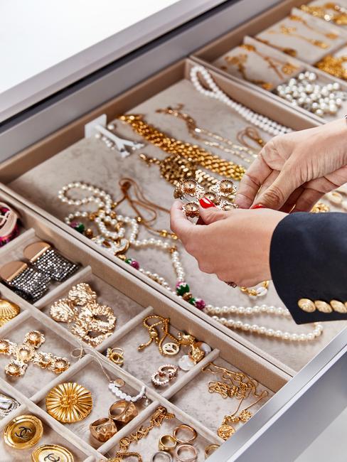 Szuflada z przegródkami na złotą biżuterię