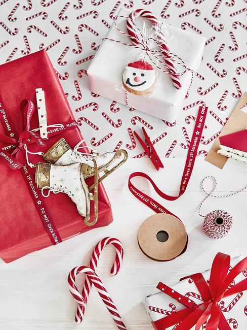 Zapakowane prezenty na święta bożengo narodzenia w czerwony i biały papier prezentowy
