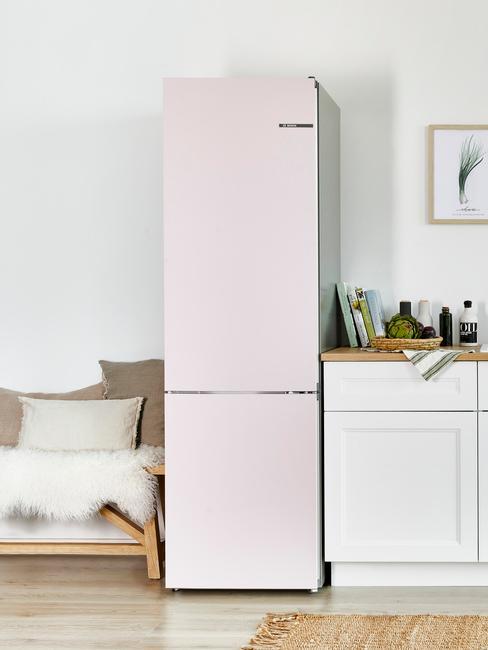 Zbliżenie na lodówkę w kuchni połączonej z innym pomeszczeniem