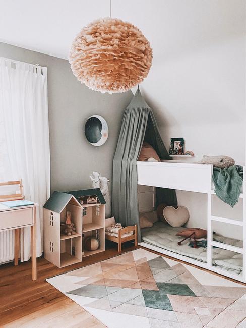 Biały pokój dziecięcy z łożkiem piętrowym, kolorowym dywanem i domkiem dla lalek