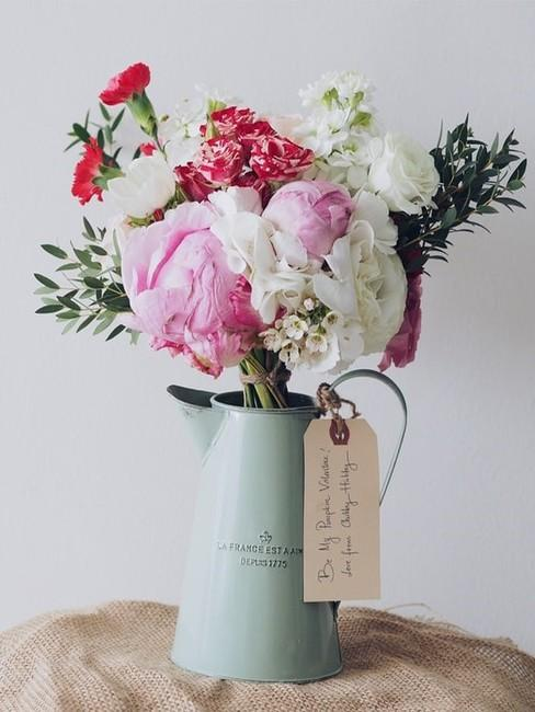 Niebieska konwka z bukietem kwiatów