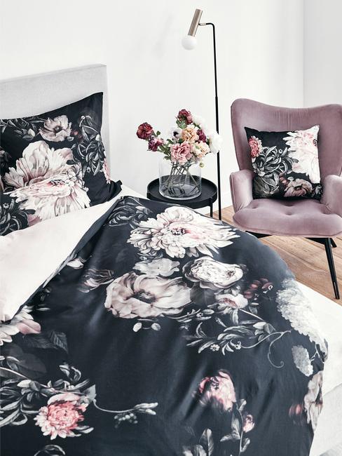 Nowoczesna sypialnia z pościelą w wyraziste kwiaty