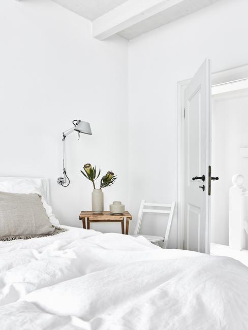 Biała sypialnia z naturalną pościelą