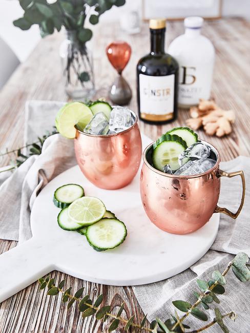 Miedziane kubeczki na drinki z lodem i ozdobione ogórkiem