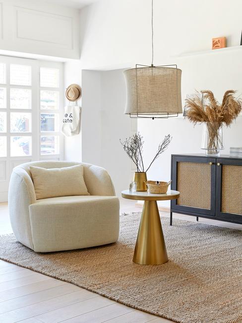 Salon w naturalnym stylu, jutowy dywan, pleciony żyrandol i trawa papmpasowa