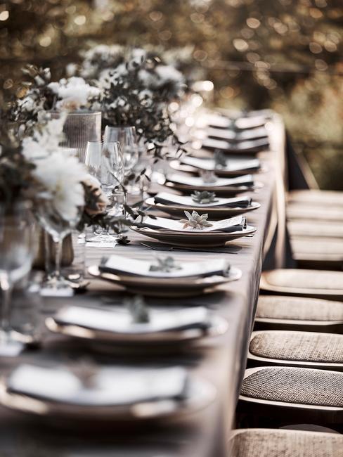 Prostokątny stół weselny z zastawą oraz kwiatami
