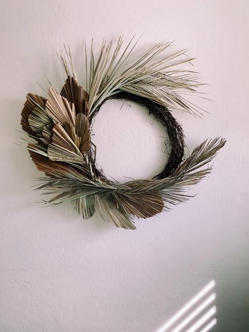 Wianek na drzwi wykonany z suchych liści palmowych i traw