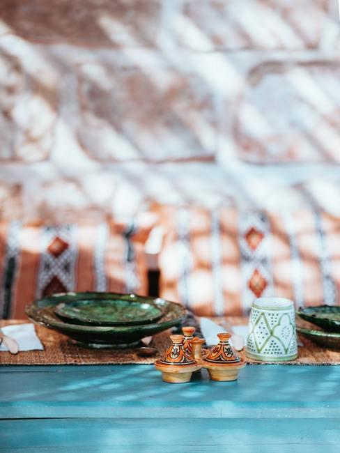 Kolorowe naczynia w stylu marokańskim oraz tagine postawione na stole
