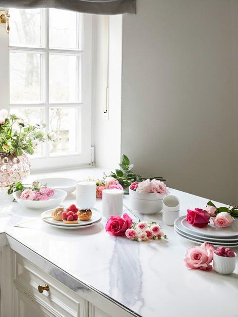 Półwysep kuchenny z zastawą i kwiatami