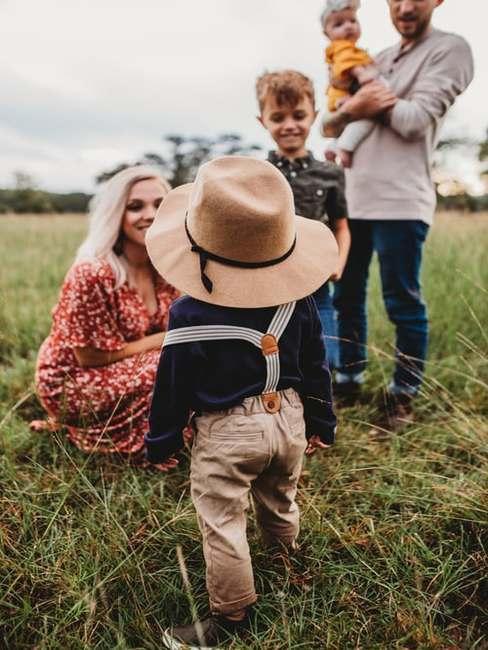 Trzyosobowa rodzina na polu
