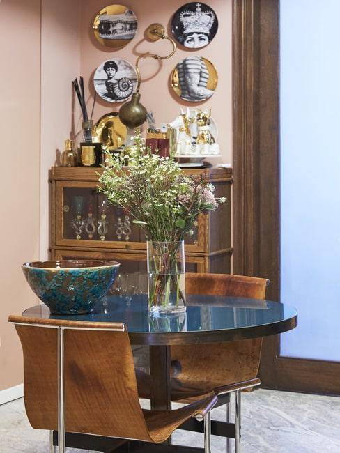 Kącik w salonie w stylu ekscentrycznym z powieszonymi talerzami na ścianie
