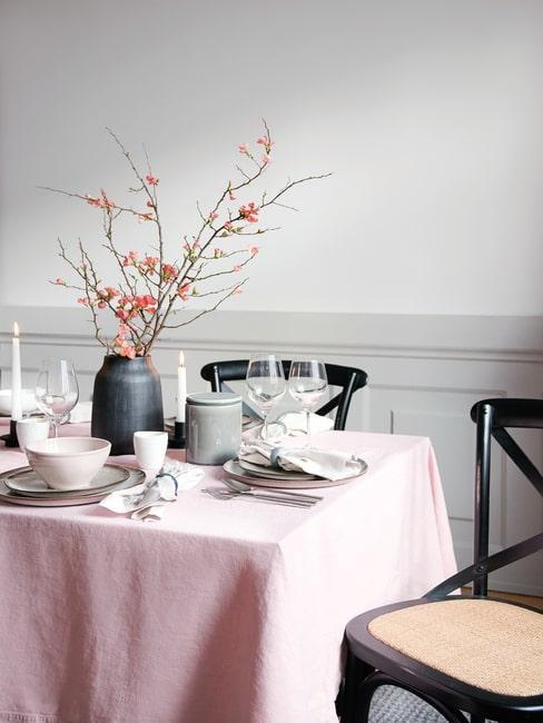 Pastelowa dekoracja stołu na Wielkanoc