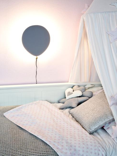 Fragment pokoju dziecięcego z łożkiem z baldachimem oraz lampką w kształcie balonika