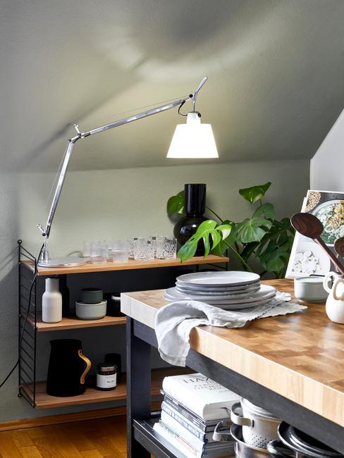 Kuchnia na poddaszu z wyspą kuchenną, mini barkiem, lampą oraz roślinami