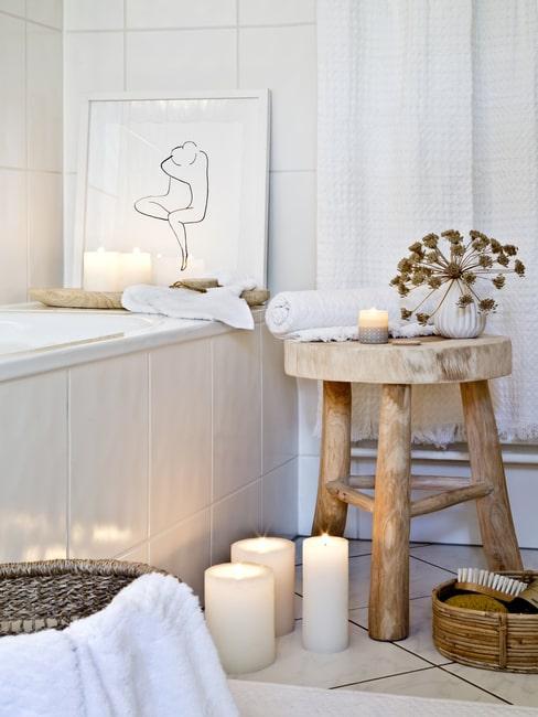 Domowe spa, łazienka z wanną i świecami