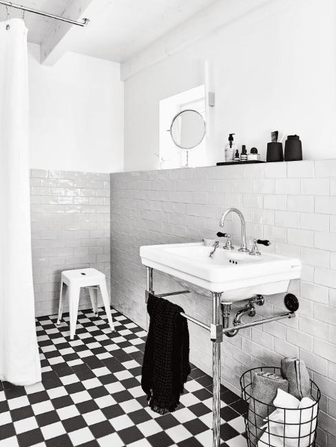 Biało czarna łazienka w stylu retro