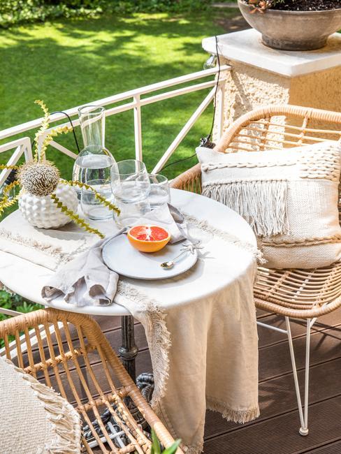 Fargment ogrodu z dwoma krzesłami oraz stolikiem