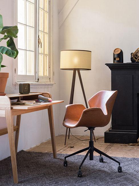 Biurko domowe przy oknie z czerwonym krzesłem biurowym