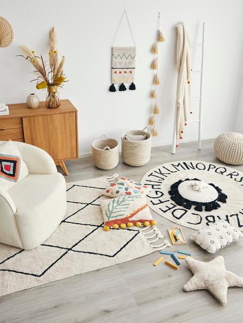 Salon w stylu orientalnym z białym dywanami, rattanowymi koszami oraz drewnianą komodą