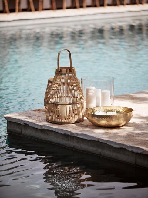 Latarenki boho w ogrodzie stojące przy basenie