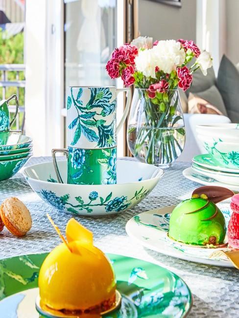Letnia dekoracja stołu w nowoczesnej jadalni