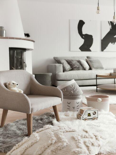 Salon w stylu scandi z wyrazistą dekoracją ścienną i przytulnymi tekstyliami