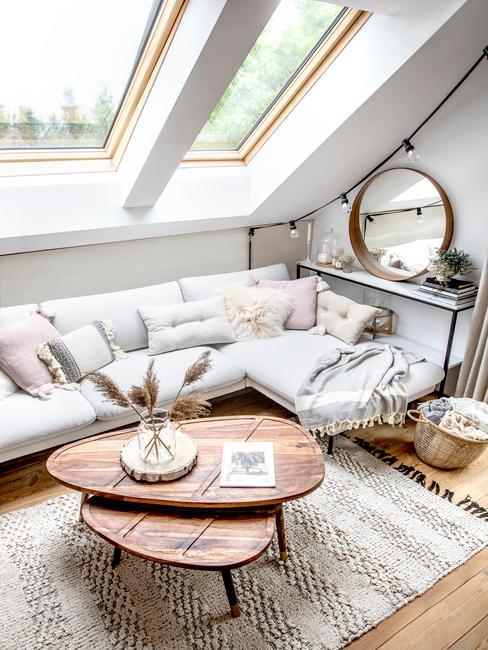 Mały salon w mieszkaniu na poddaszu urządzony w stylu skandynawkim