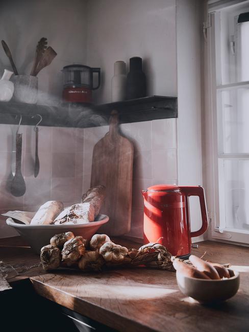 Poranne światło w kuchni w stylu retro