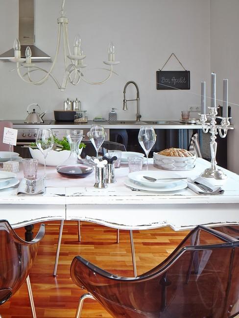 Stół udekorowany w stylu retro