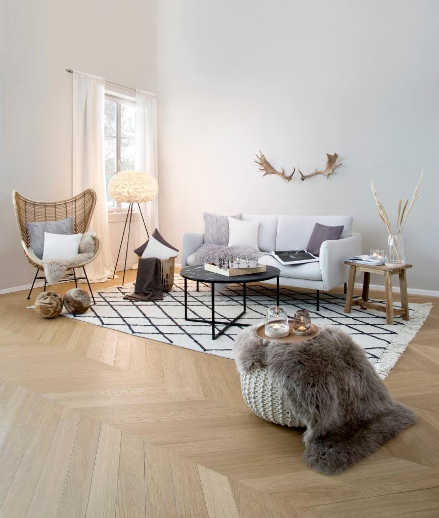 Jasny salon w stylu rustykalnym
