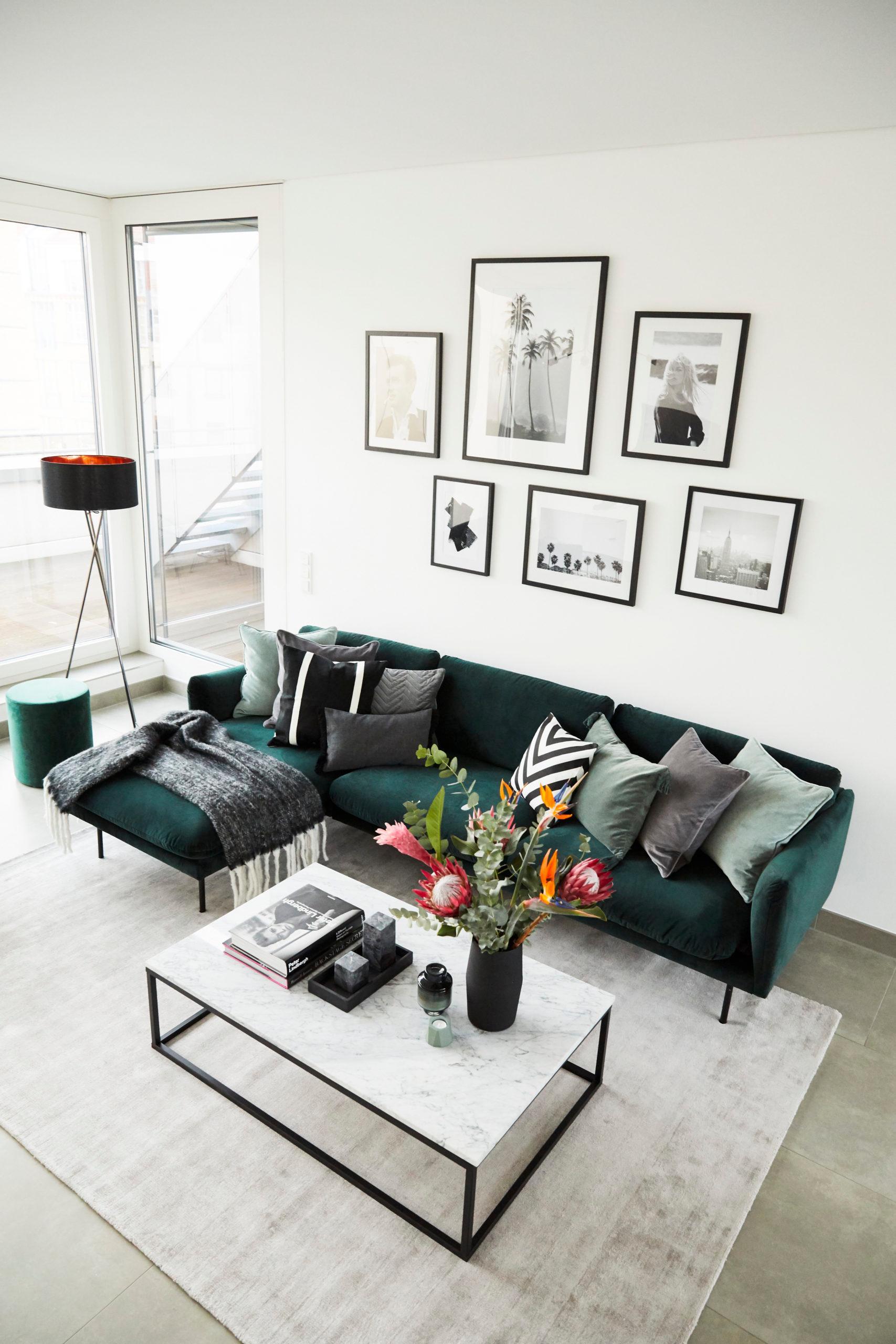 Jasny salon z mocnym akcentem- zieloną sofą