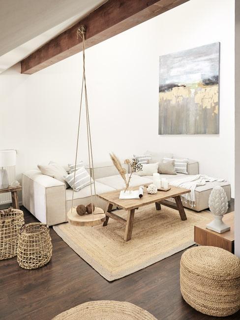 Salon boho z dużą sofą i naturalnymi dodatkami