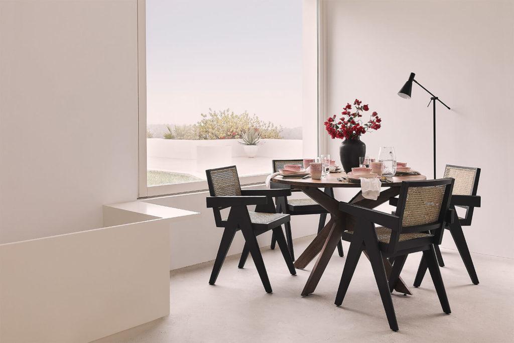 Jadalnia w stylu wabi sabi z okrągłym stołem i krzesłami