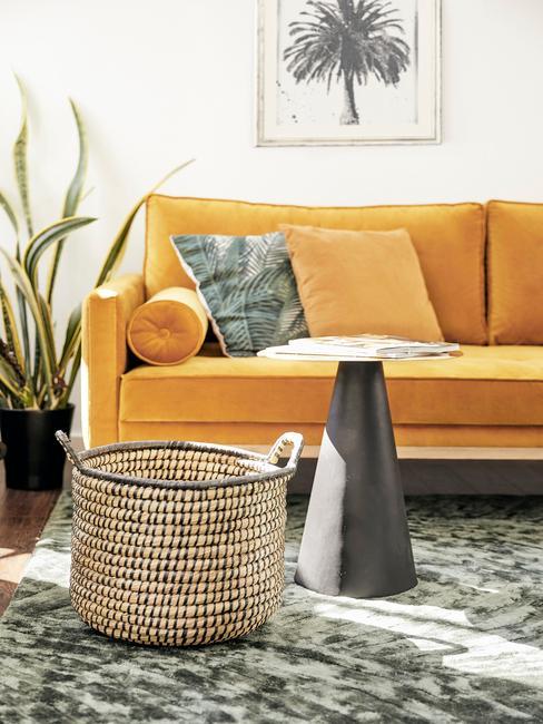 Sofa w odcieniu ochry z poduszkami w salonie