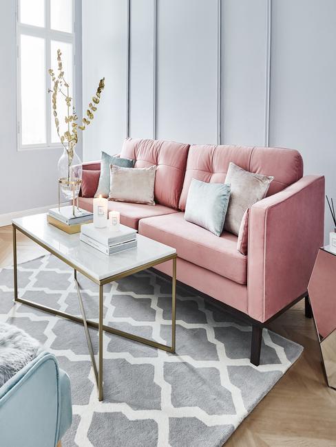 Salon w stylu glam z różową sofą, szarnym dywanem i błękitnymi ścianami