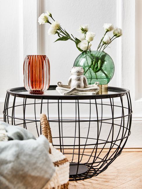 Metalowy stolik z zielonym wazonem
