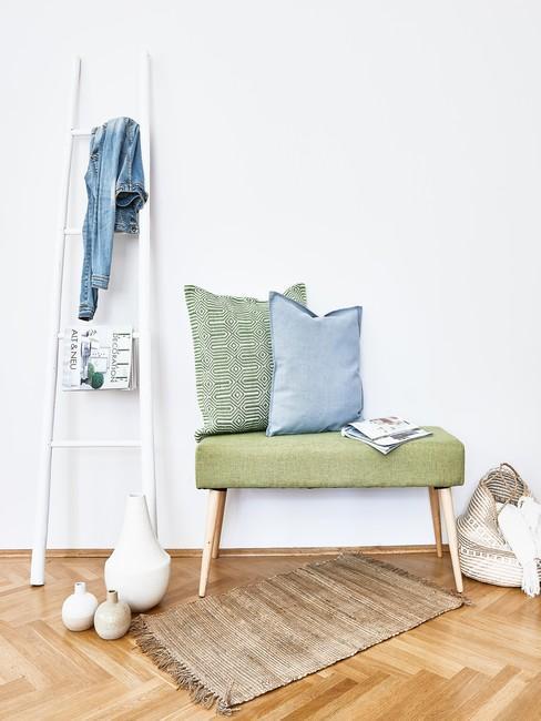 Pistacjowa ławka w jasnym holu