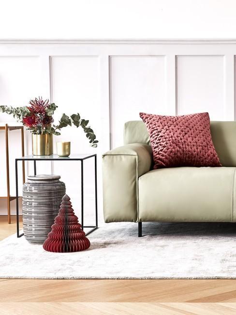Kanapa w kolorze pistacjowym w jasnym salonie