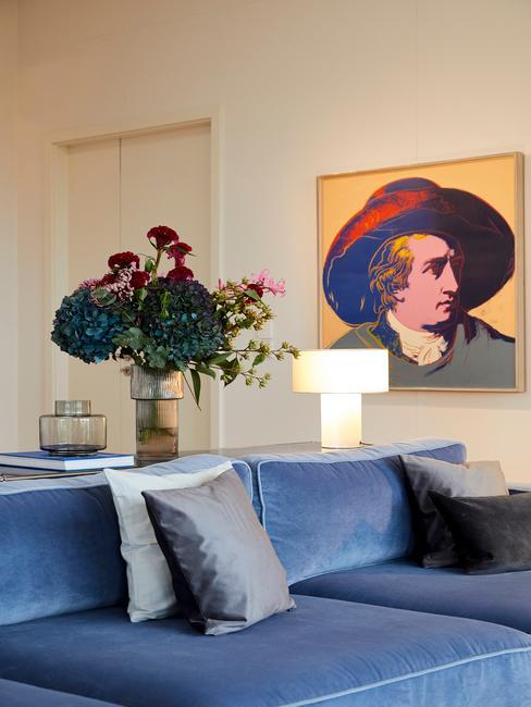 Biały salon z obrazem oraz sofą w odcieniu Classic Blue