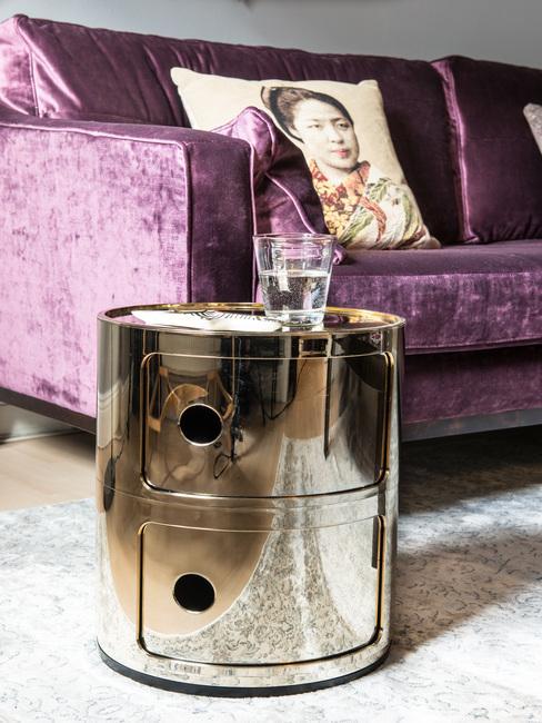Salon z sofą w odcieniu ultrafioletu oraz srebrnym stolikiem pomocnicznym