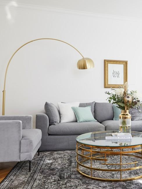 Współczesny salon ze złotą lampą