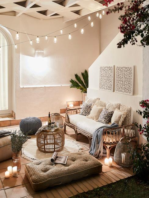 Salon z lampeczkami na suficie