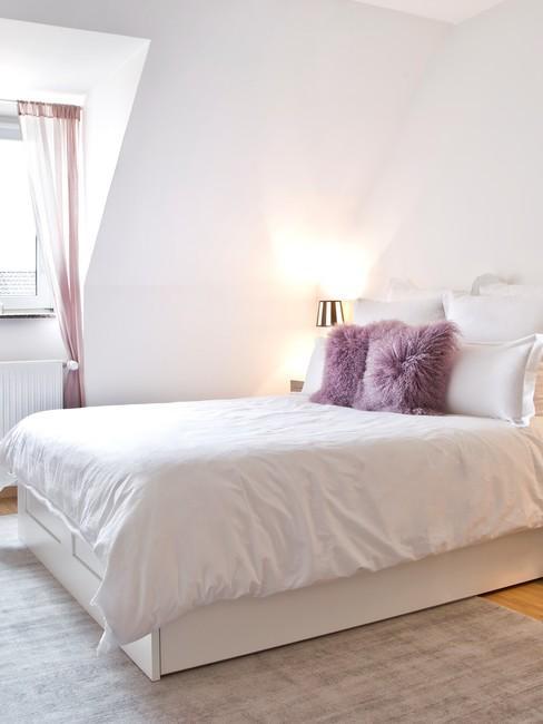 Sypialnia na poddaszu w stylu glam