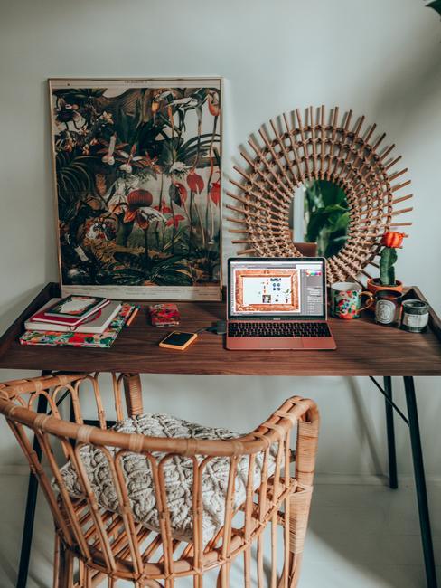 Biurko w sypialni Travelicious z roślinną grafiką i lustrem w rattanowej oprawie