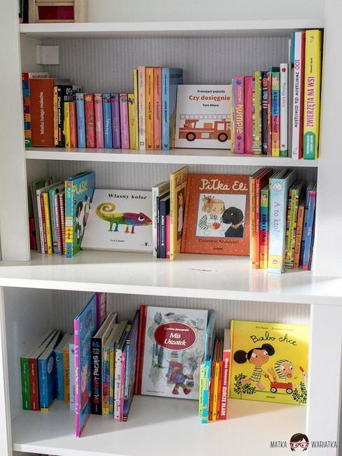 Półki z książkami w pokoju dziecięcym z bloga Matka Wariatka