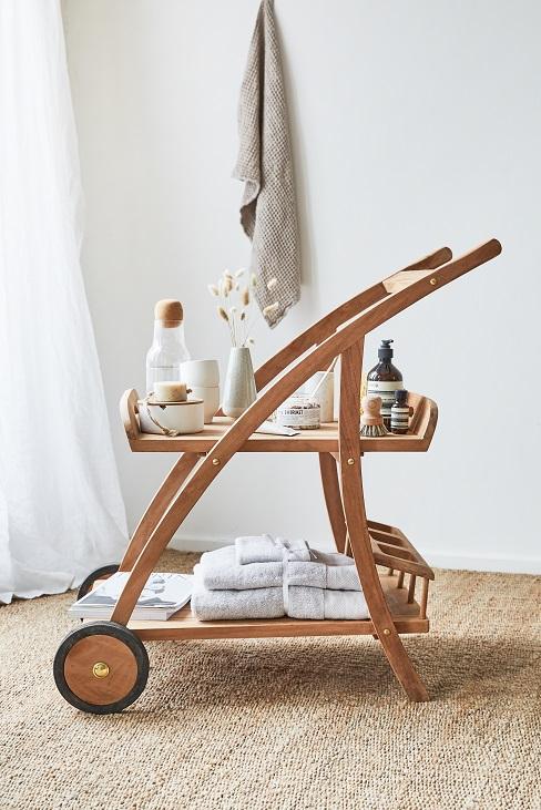 Drewniany wózek z tekstyliami łazienkowymi